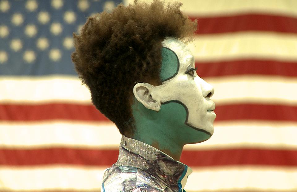 Кадр из фильма-открытия «Дэвид Бирн: флаги современности»
