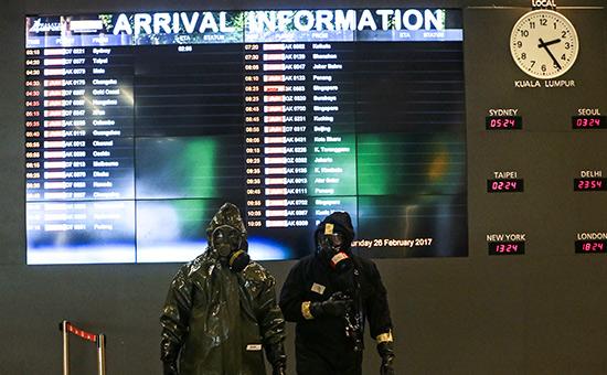 Сотрудники полициив аэропортуКуала-Лумпур в Малайзии    