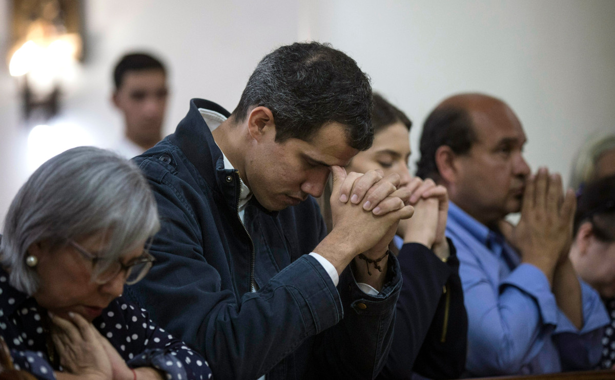 Хуан Гуаидо (в центре) во время службы в храме Каракаса