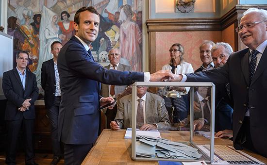 Эмманюэль Макрон голосует в первом туре парламентских выборов во Франции. 11 июня 2017 года