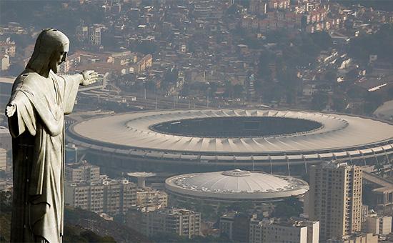 Статуя Христа-Искупителя на фоне стадиона Маракана в Рио-де-Жанейро