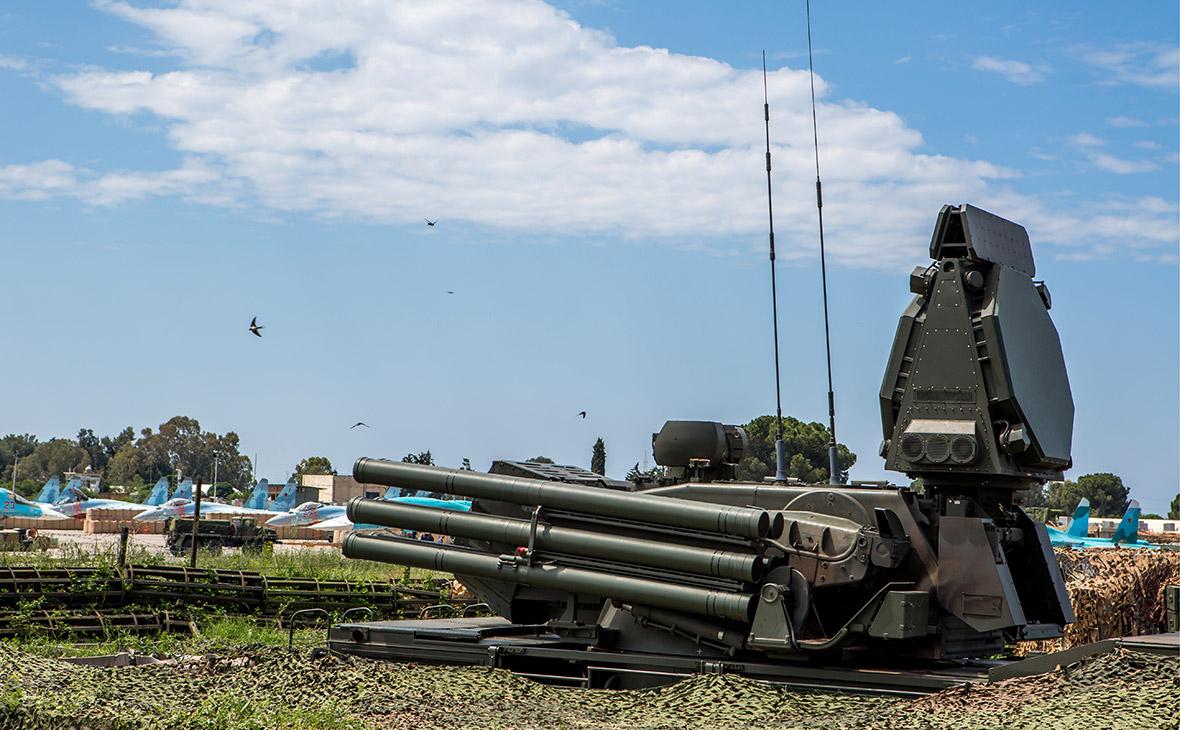 Пусковая установка зенитного ракетно-пушечного комплекса «Панцирь-С» на российской авиабазе Хмеймим