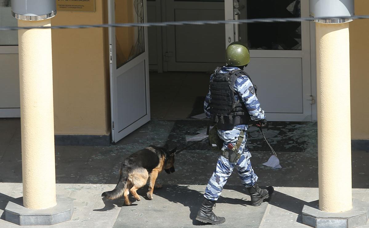 Сотрудник росгвардии у школы № 175 в Казани