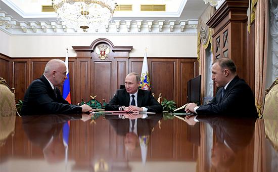 Глава Адыгеи Аслан Тхакушинов, президент России Владимир Путин и премьер-министр Адыгеи Мурат Кумпилов (слева направо) во время встречи в Кремле