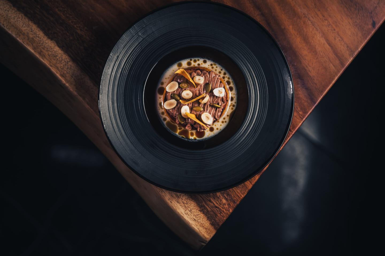 Стейк из тыквы с шоколадным соусом и фундуком