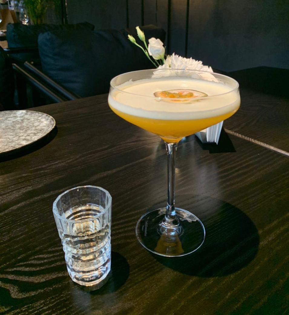 Коктейль подают с шотом игристого: предлагают либо добавить в сам бокал, либо запивать, чтобы «обновить» рецепторы