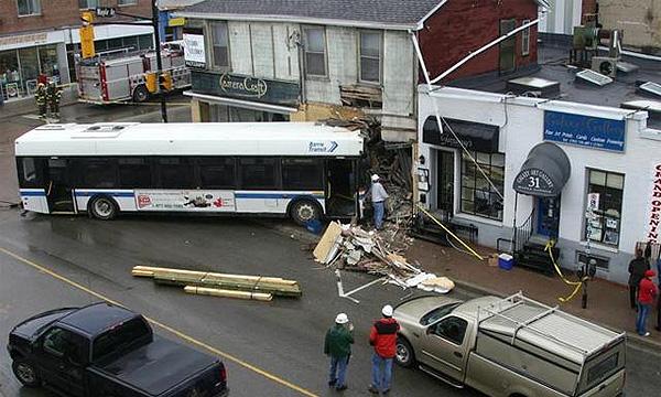 В Финляндии автобус врезался в здание
