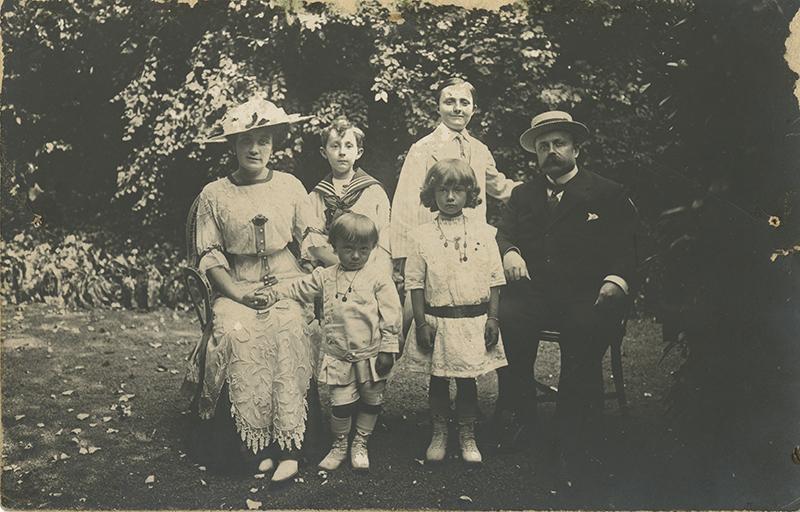 Семья Диор в садах своей виллы, 1912