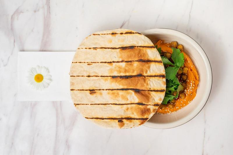 Хумус с печеными перцами, вялеными томатами, хрустящим нутом и лепешкой,бистро «Артель»