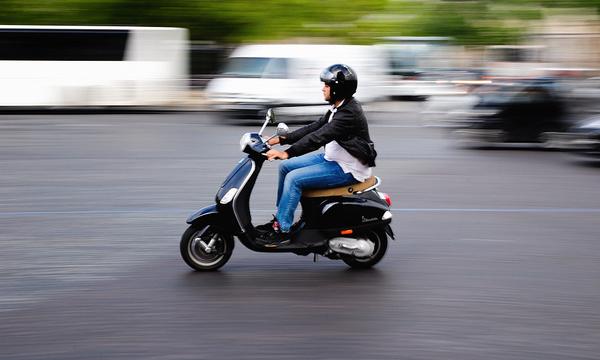 ГИБДД может запретить управление скутером без прав