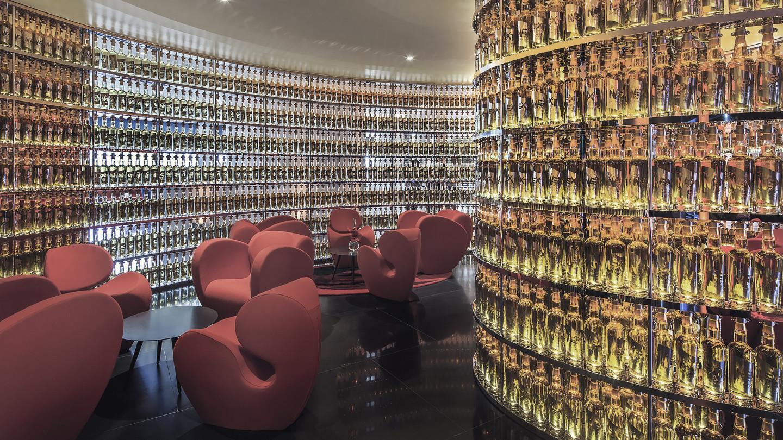 Интерьер бара в отеле Watergate