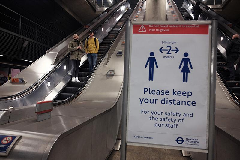 Пустые эскалаторы на станции метро, обычно она загружена из-за вокзала и офисного района, расположенных рядом