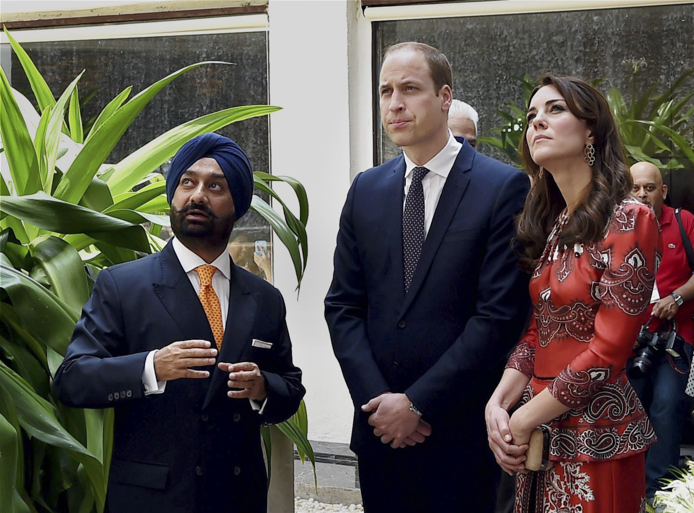 Принца Уильям и Кейт Миддлтон прибыли возложить венок на мемориал мучеников в Palace Hotel Тадж-Махал в Мумбаи