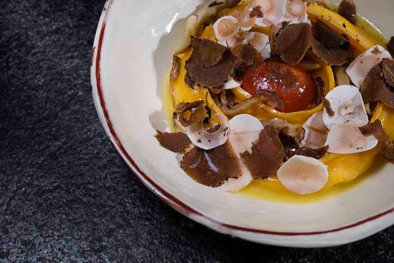 Равиолон счерным трюфелем и маринованное яйцо,Pinch