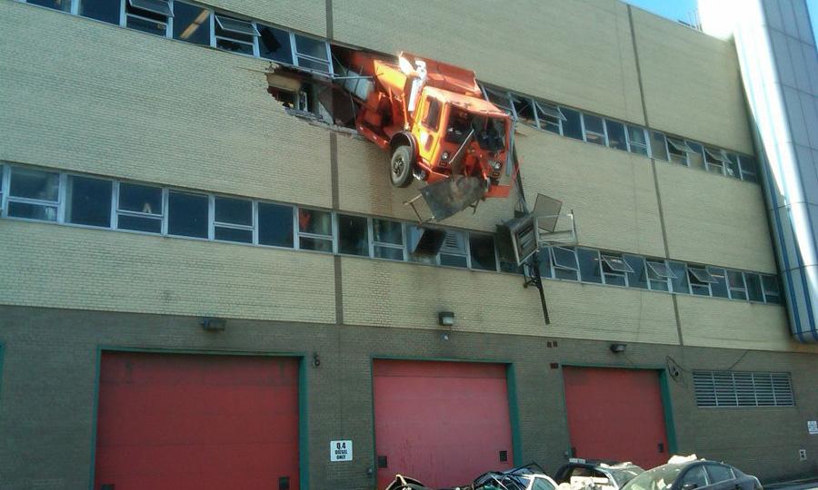 Грузовик пробил стену гаража и повис в воздухе