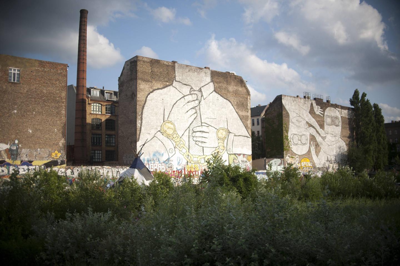 Граффити итальянского художника Blu в Кройцберге, Берлин