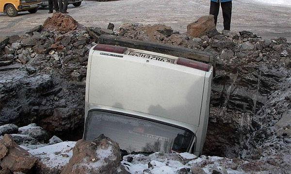 В Мытищах автомобиль провалился под асфальт