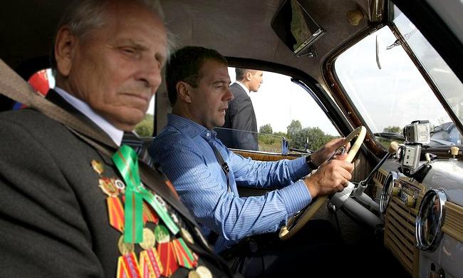 Дмитрий Медведев иногда садится за руль как обычный водитель