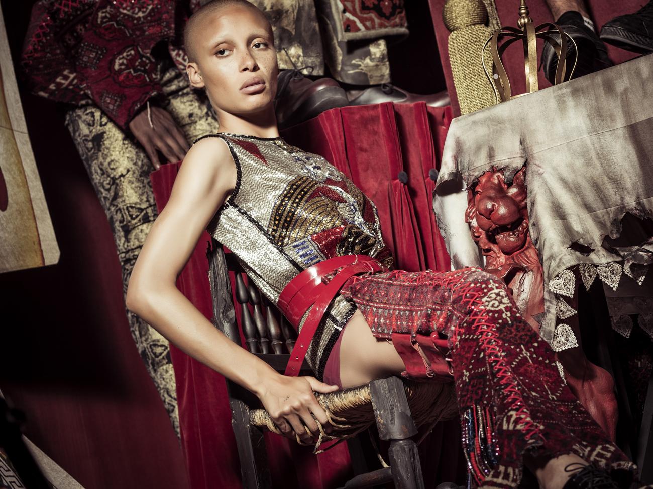 Британская модель Адвоа Абоах сыграла в календаре Pirelli персонажа по имени Труляля (Tweedledee)