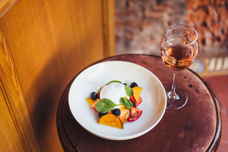 Буррата, томаты, маринованный персик