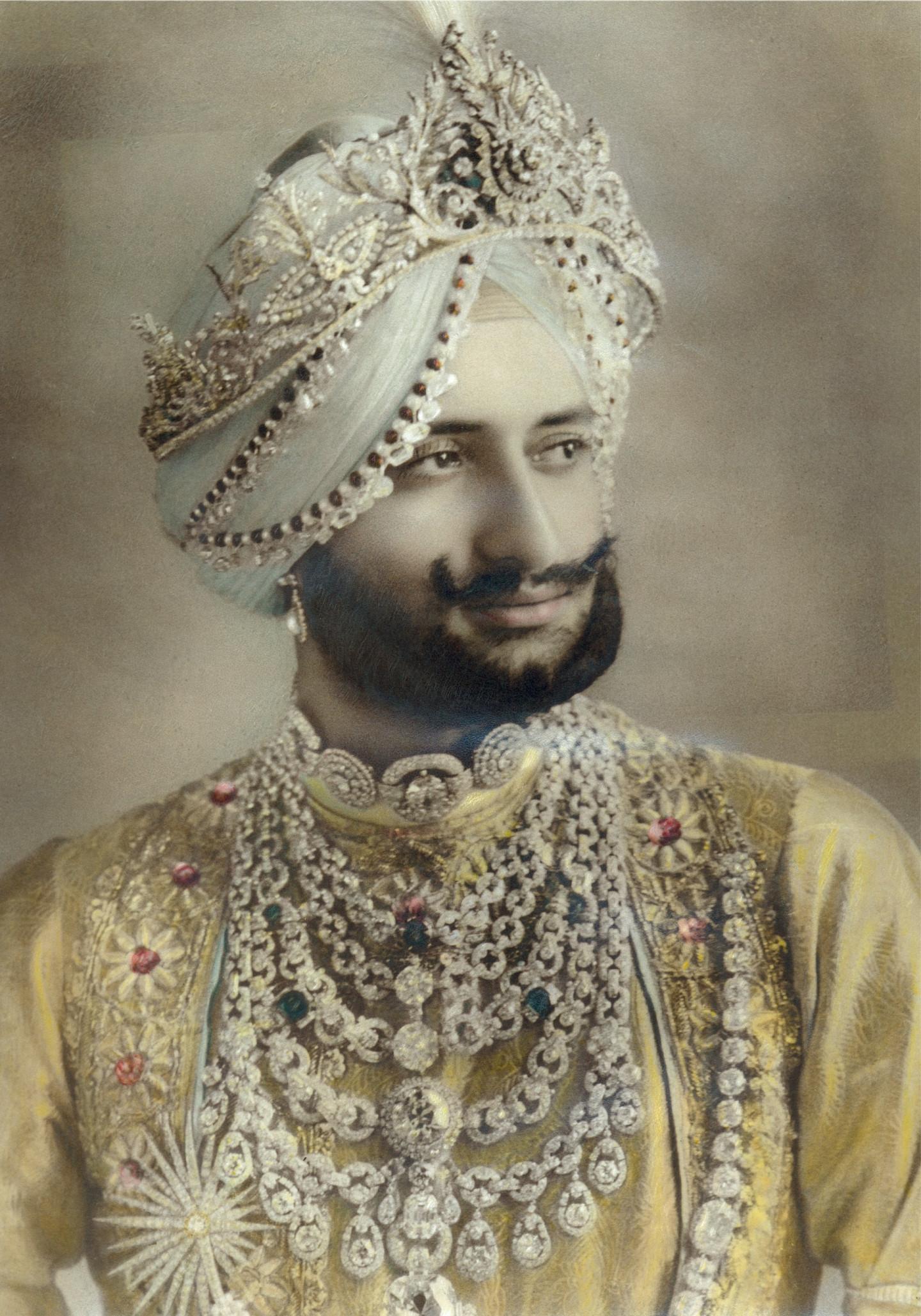 Махараджа ПатиалыЯдавиндра Сингх в нагрудном бриллиантовом ожерелье Cartier