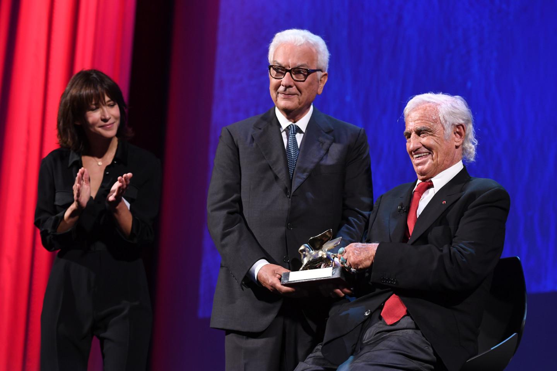 Жан-Поль Бельмондо получает «Золотого льва» за вклад в кинематограф на 73-м Венецианском кинофестивале, 2016