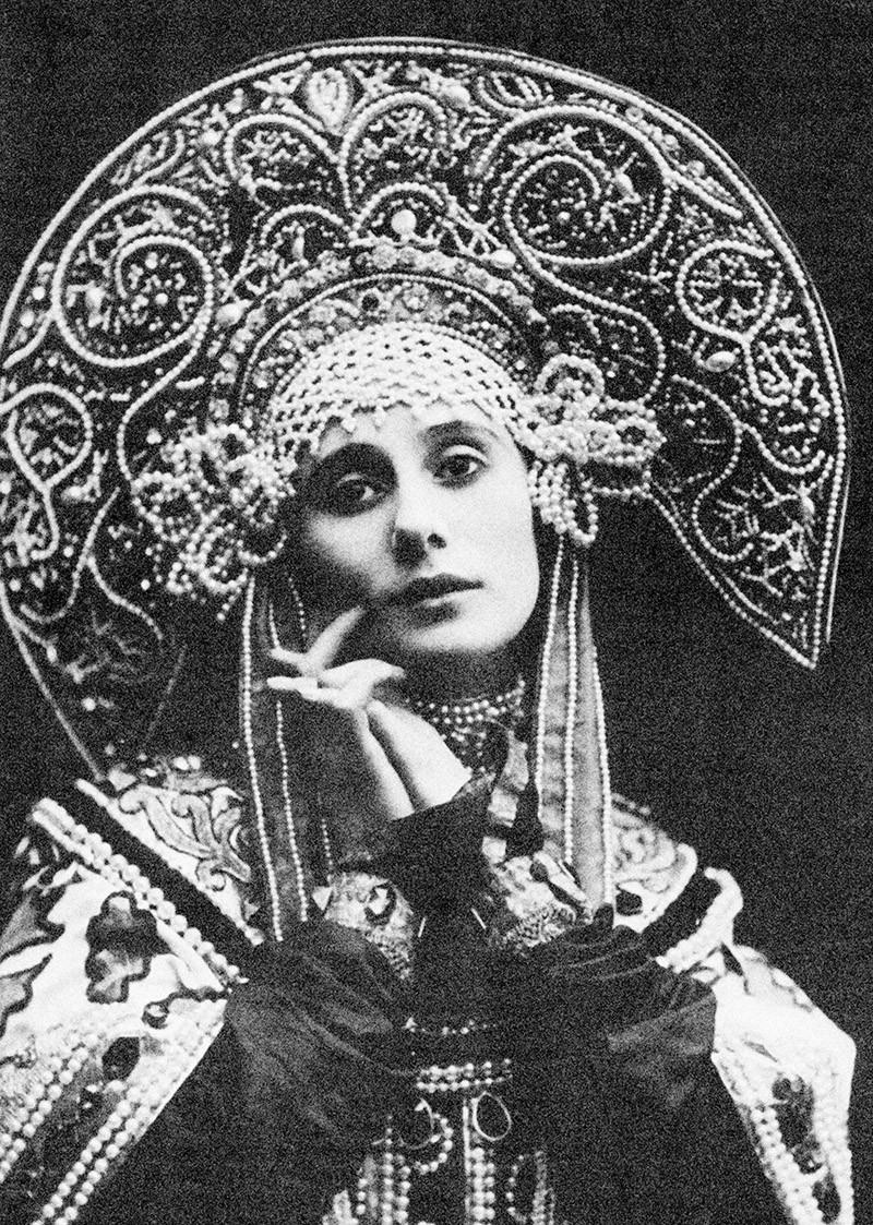 Балерина Анна Павлова в национальном костюме с кокошником