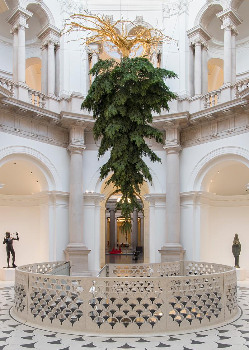 Перевернутая елка Ширазех Хоушиари в Тейт Британ