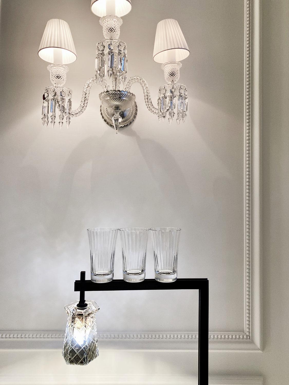 Стакан для воды Mille Nuits из набора из двух стаканов, хрусталь, 16 400 руб. Бра Zenith на три лампы, хрусталь, 594 000 руб.