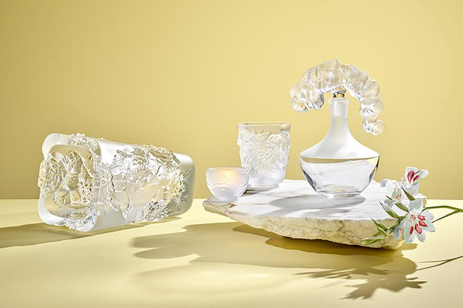 Ваза для цветов «Пионы», прозрачная, 35 см, 541 000 руб.;подсвечник «Пионы», прозрачный хрусталь, 6 см, 12 100 руб.; подсвечник «Ландыши», хрусталь, 10 см, 43 050 руб.; декантер «Орхидея», прозрачный хрусталь, 25 см, нумерованная серия, 232 000 руб., Lalique