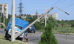 На Украине автомобиль без водителя сбил опору электропередачи