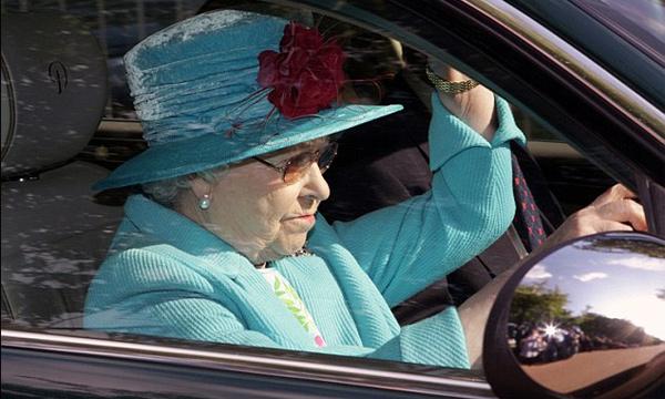 Королева Елизавета II водит с непристегнутым ремнем
