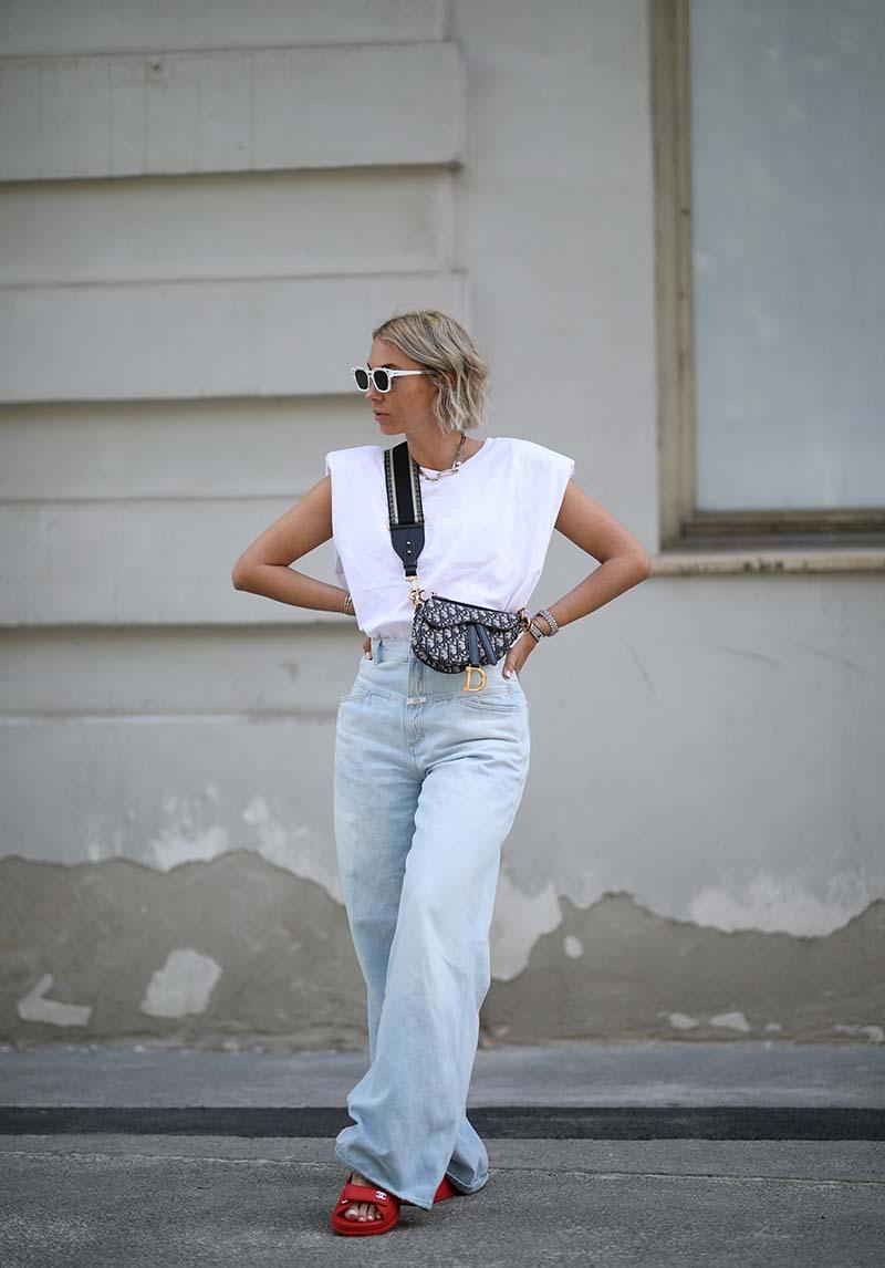 Сочетание массивных сандалий и широких джинсов