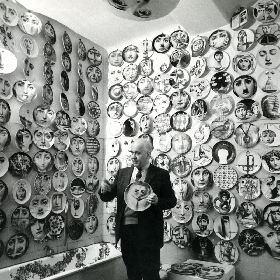 Пьеро Форназетти с тарелками из серии«Темы и вариации»