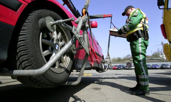 Водителей начнут штрафовать за препятствие работе эвакуаторов
