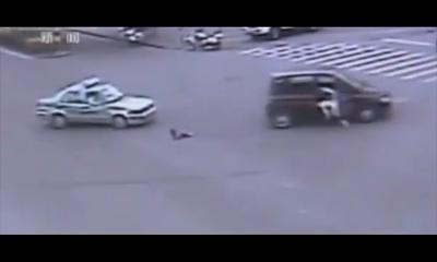 Ребенок остался жив, выпав из движущегося на полном ходу авто