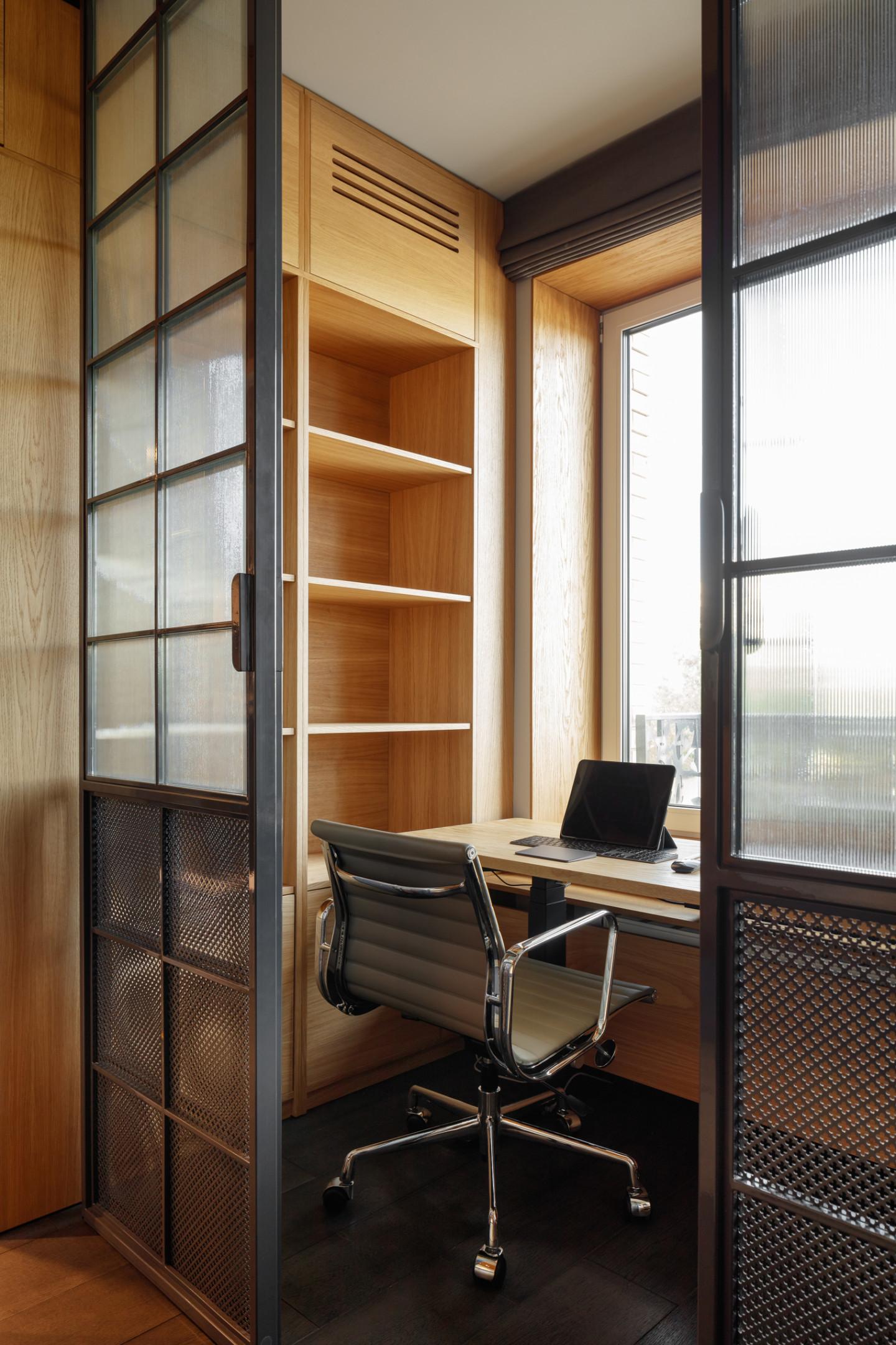 Абсолютно вся мебель, кроме офисного кресла, была изготовлена для этого кабинета на заказ по эскизам архитекторов