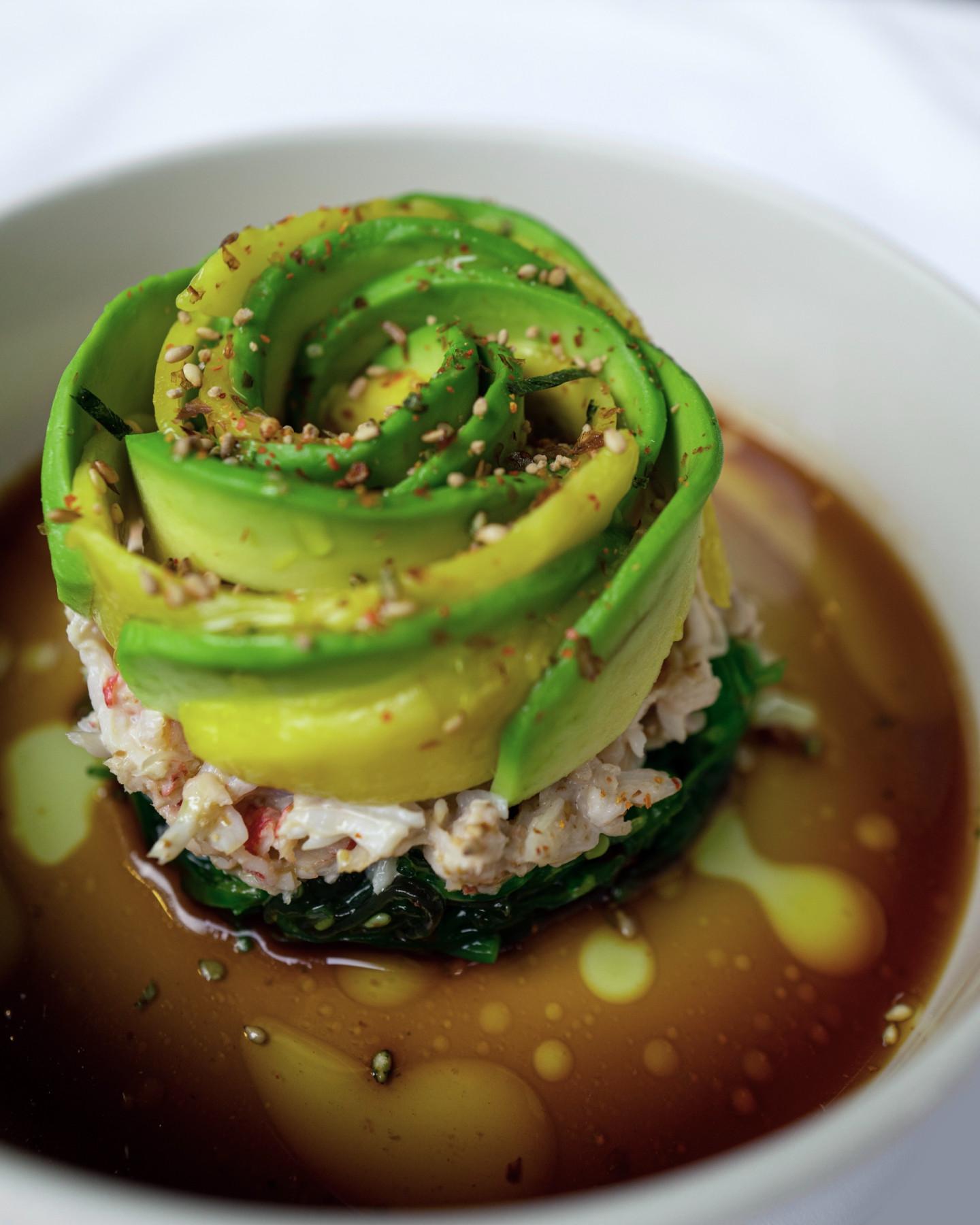 Авокадо, мясо краба и водоросли чукка
