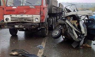 При лобовом столкновении ВАЗа и КамАЗа погибли пять человек