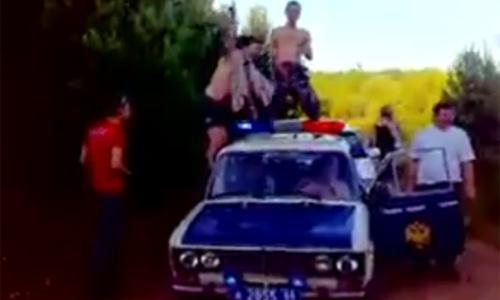 Гаишники устроили пляски на крыше машины ДПС