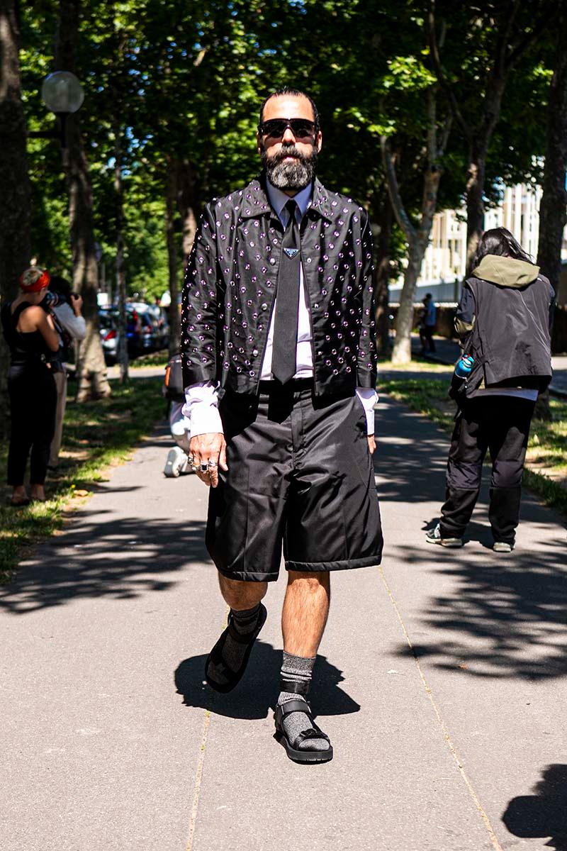 Сочетание массивных сандалий и костюмных шорт