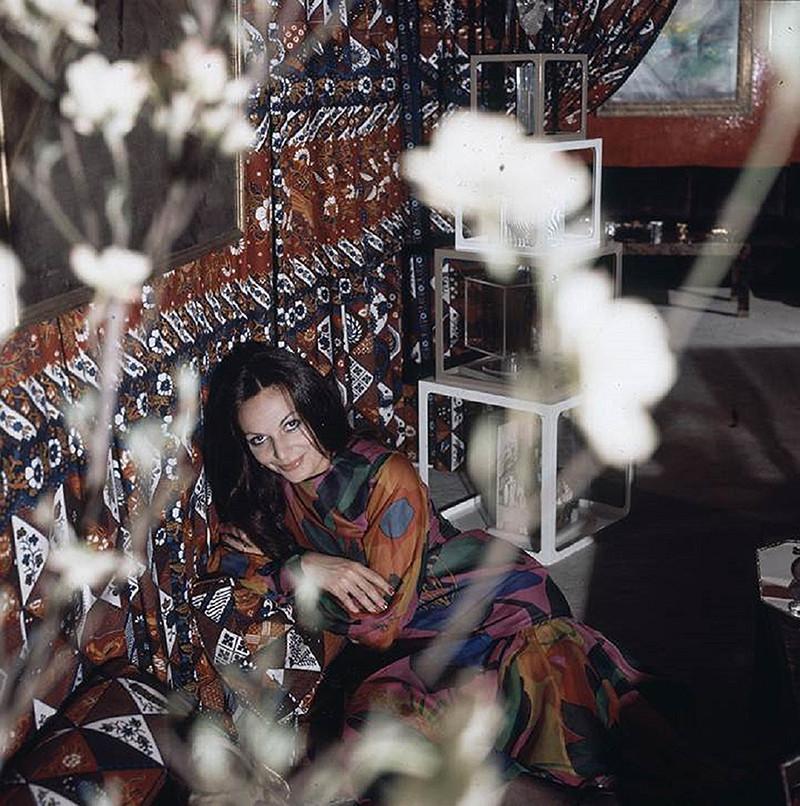 Диана фон Фюрстенберг на фоне драпированного яванского шелка, которым украшен интерьер квартиры дизайнера в Нью-Йорке, 1972