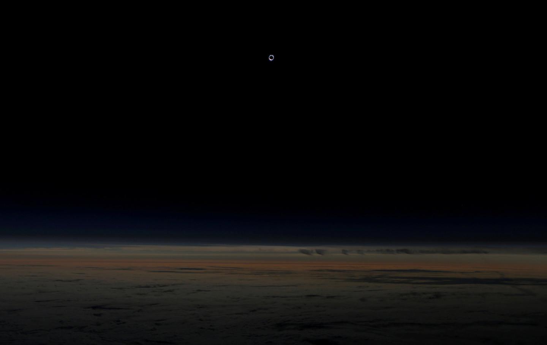 Солнце, полностью закрытое луной, во время затмения. Снимок сделан на высоте более 12 км из самолета авиакомпании Alaska Airlines