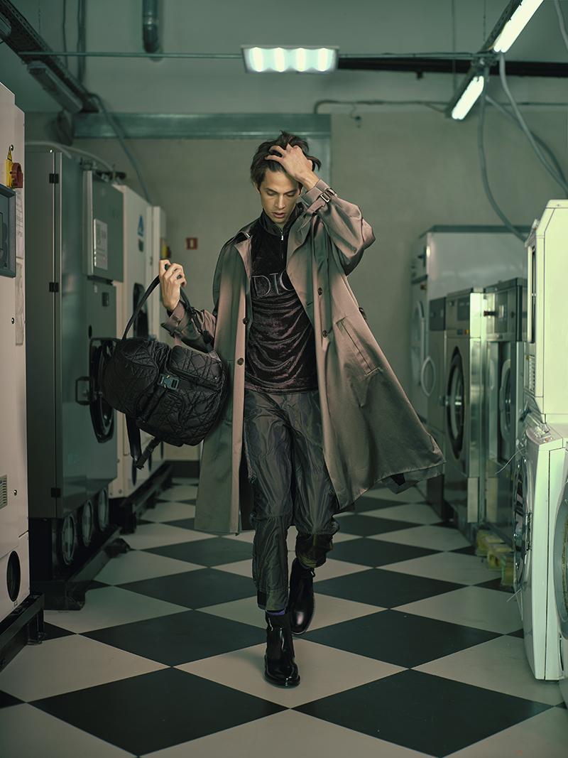 На Федоре: брюки, олимпийка, плащ, рюкзак, ботинки — все Dior Homme (бутик Dior)