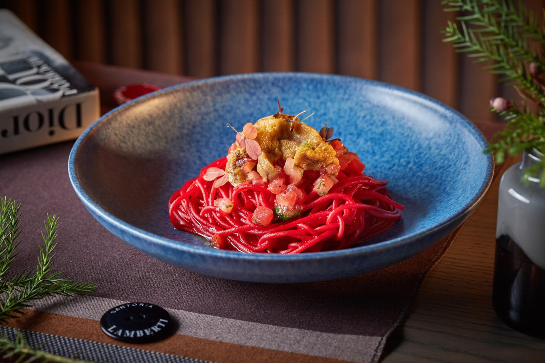 Спагетти с морским ежом и клубникой