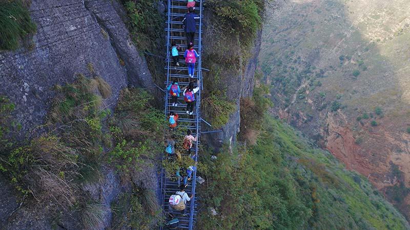 Жители деревни Атулербыливынуждены добираться до остального мира по лестнице