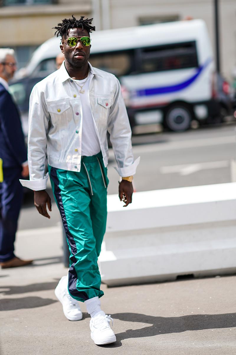 Сочетание джоггеров и джинсовой куртки