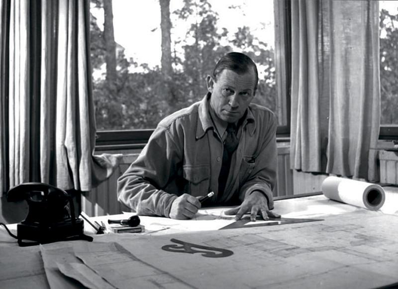 Алвар Аалто за работой дома в Хельсинки
