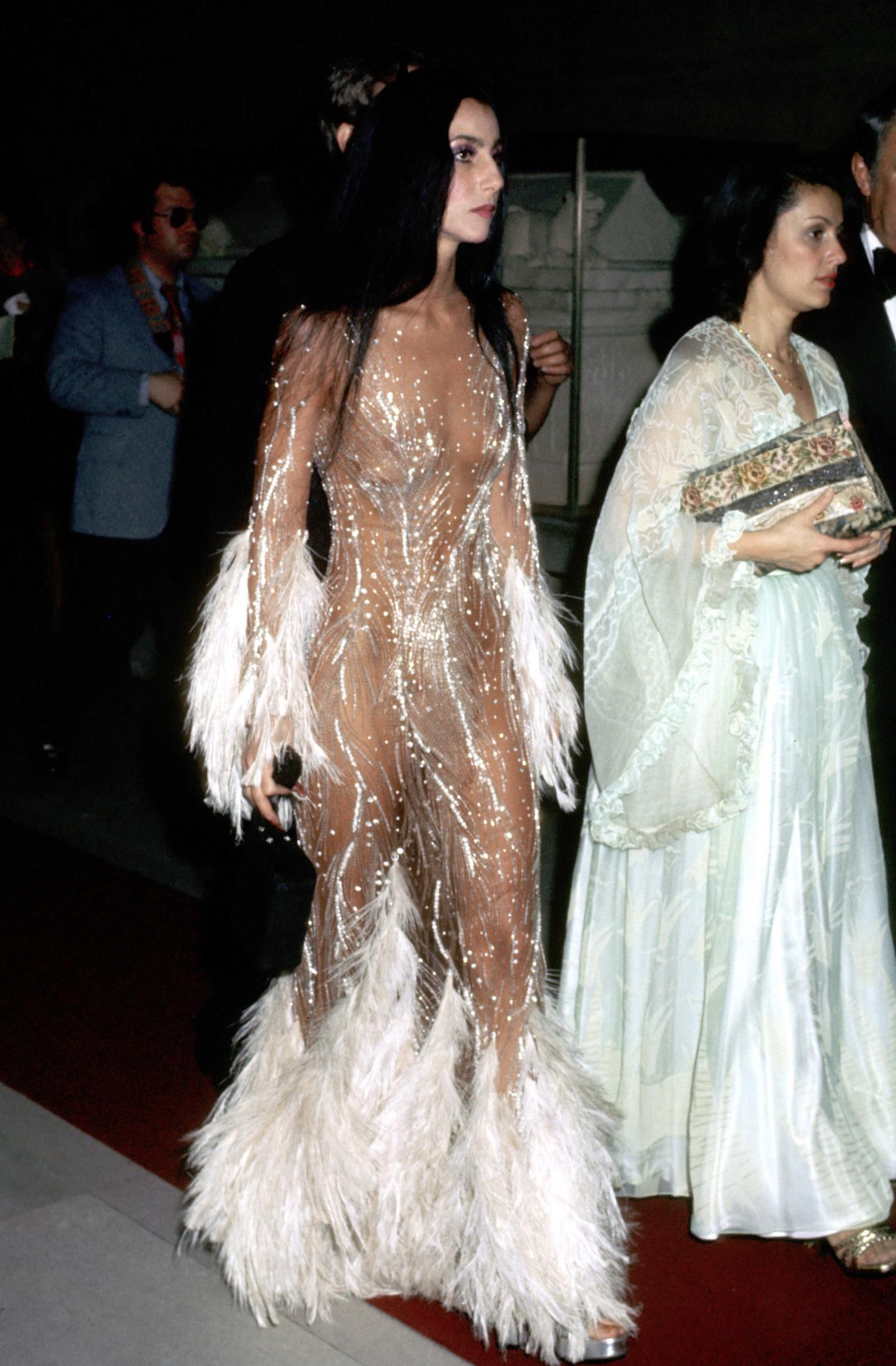 Шер в платье Bob Mackie на Met Gala, 1974