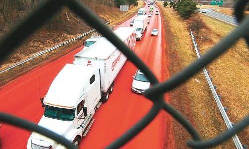 В США автомагистраль залили алой краской